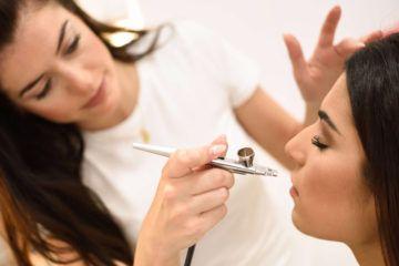 chica que se está haciendo maquillaje con aerografo