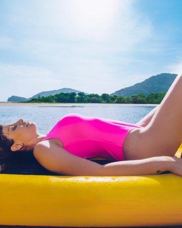 chica bronceándose en el mar